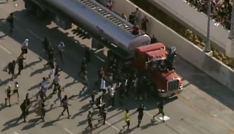 Камион се вряза в демонстранти в САЩ, пребиха шофьора ВИДЕО