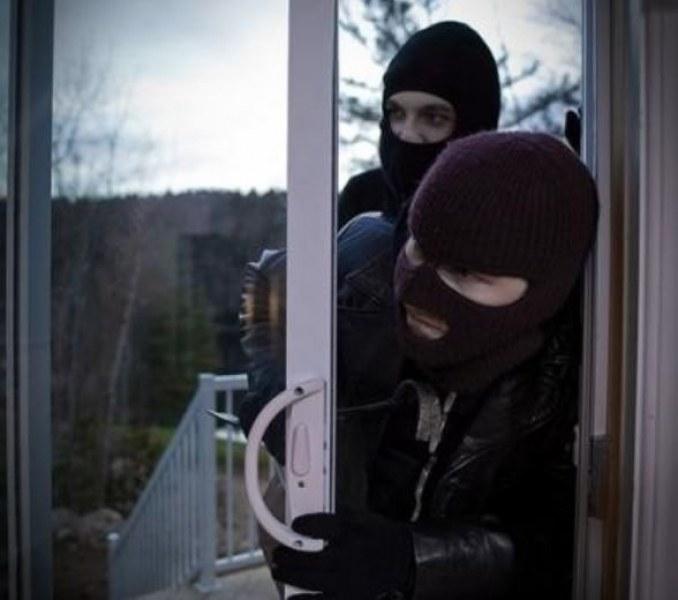 Двама мъже откраднаха кафе машина, жена пък сви телефона на дете!