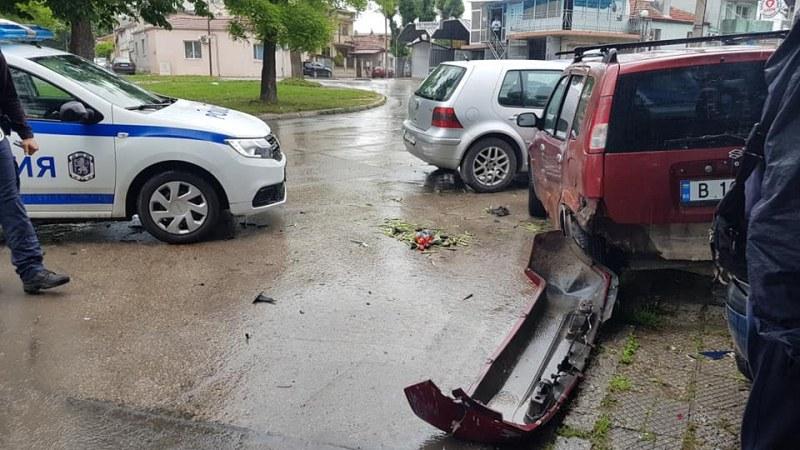 Неадеакватен шофьор отнесе няколко коли и блъсна пешеходка! Заключи се в колата ВИДЕО