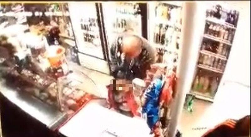 Камера в магазин запечата как извратеняк най-спокойно опипва дете ВИДЕО 18+