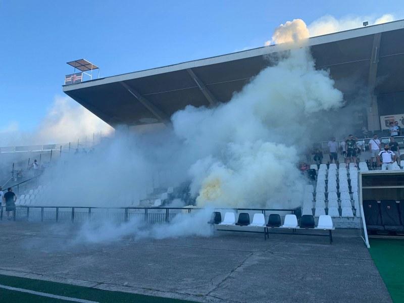 Фенове задимиха стадион в Пловдив, чакат Купата СНИМКИ