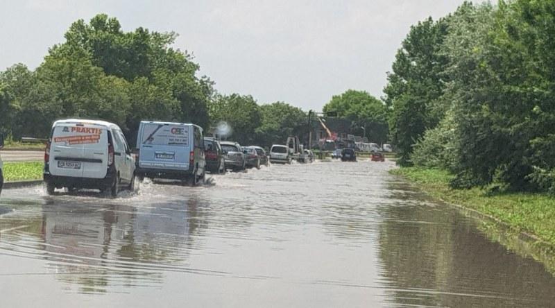 Силен дъжд и гръмотевици се изсипаха над Варна СНИМКИ