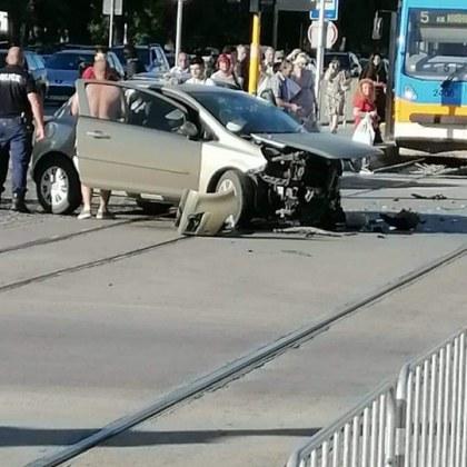 Две коли се удариха в столицата, трамваите са блокирани! СНИМКИ