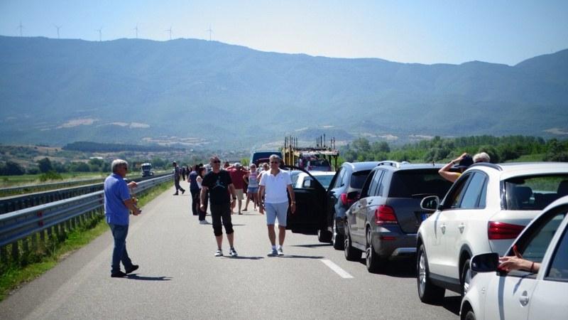 Същински ад на Кулата! 15 км колона от коли, 36 градуса и... хора пред припадък