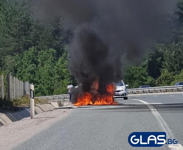 Бързащи за Гърция подминаха заклещени в горяща кола! СНИМКИ
