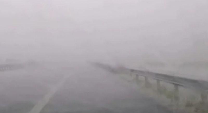 Мощна буря удари наша магистрала, тирове и коли спряха! ВИДЕО