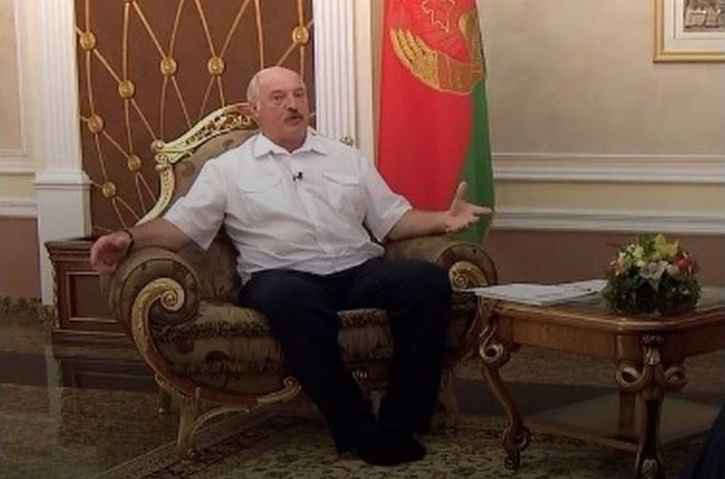 Президент дойде на интервю без обувки ВИДЕО