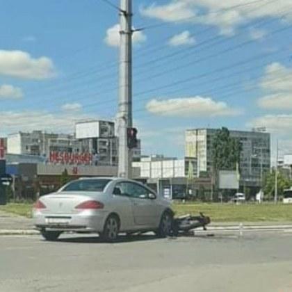 Автомобил блъсна моторист, откараха го в болница СНИМКА