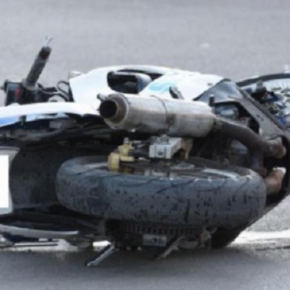 Моторист се блъсна с висока скорост в бордюр, с опасност за живота е