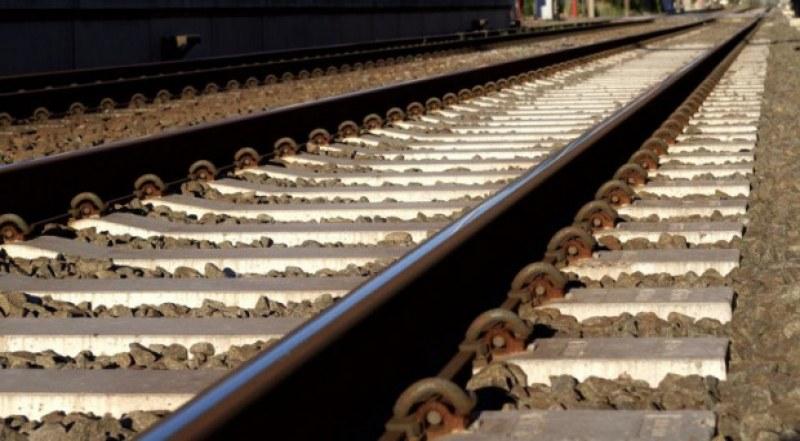 Мъж легна на релсите след гарата в Шумен! Влак го премаза