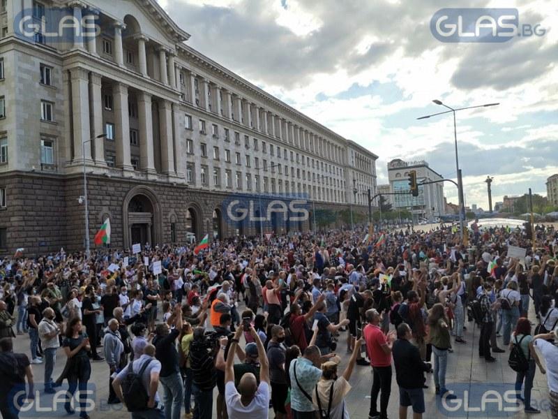 Респект към полицаите, понасящи атаките на агитки на Черепа