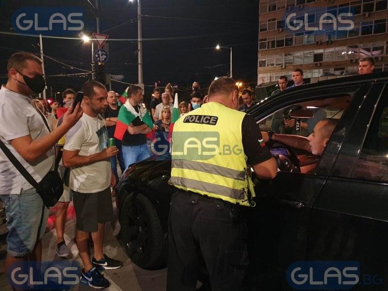 Шофьор премина през крака на протестиращ, линейка е на мястото СНИМКИ
