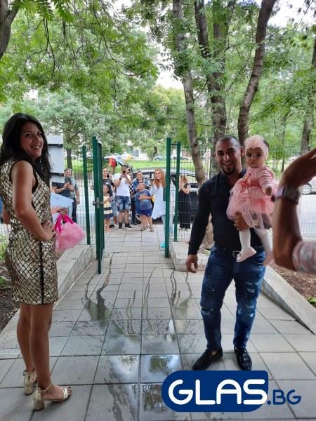 Елица си тръгна от Детска къща, за да прегърне новите си родители