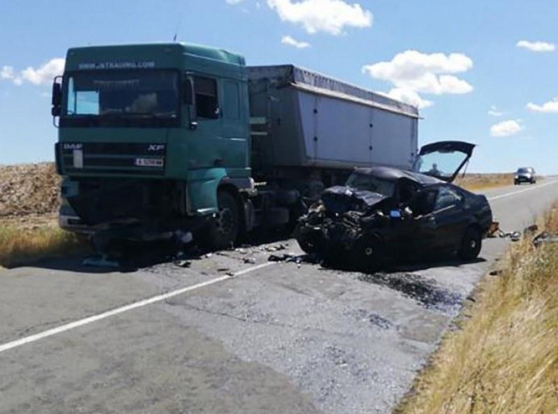 Алфа Ромео се заби челно в камион в Бургаско, мъж загина!