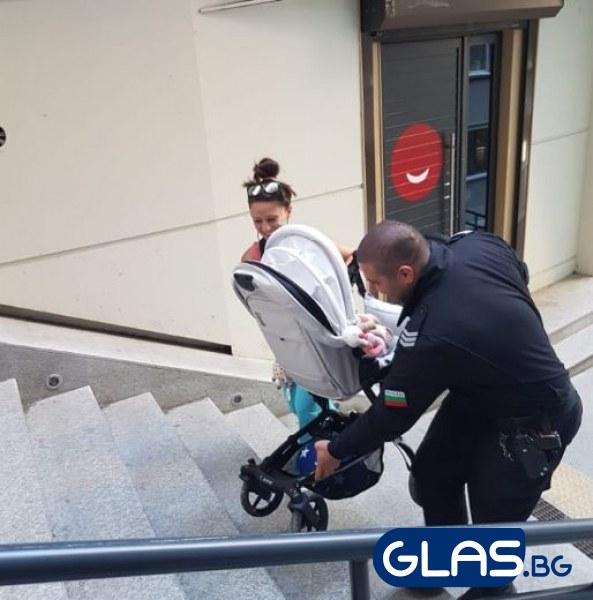 Полицай помогна на майка с количка на най-късата уличка в столицата