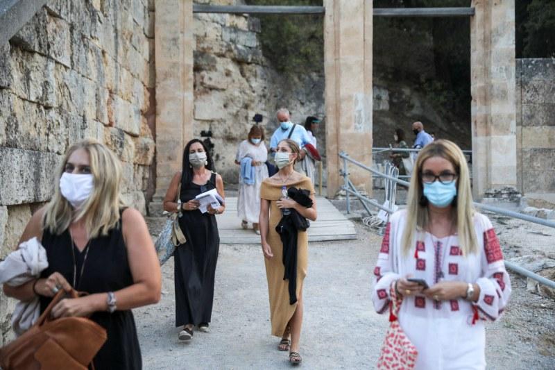 Гърците – COVID треска ги тресе. Пак ще излизат навън с SMS-и