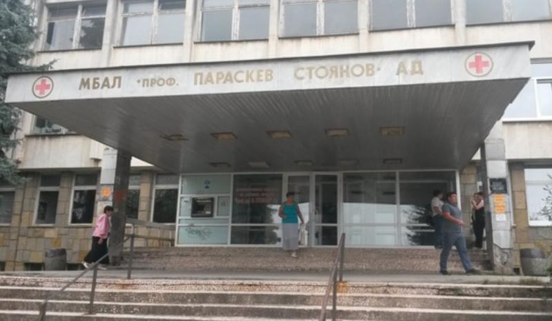 Луд подлуди Ловеч! Гол и пиян избяга от болницата
