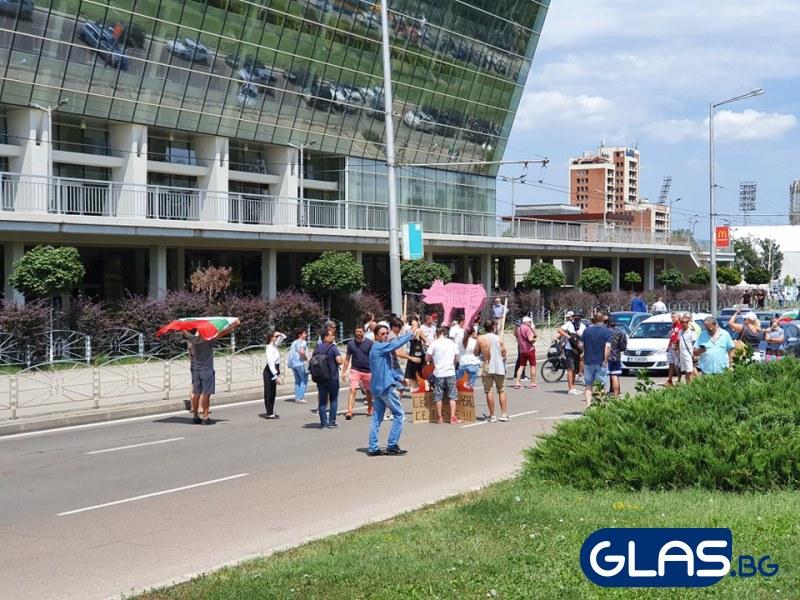 Протестиращи затапиха коли пред зала