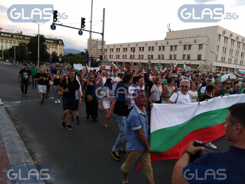 Протестиращите в Пловдив тръгнаха на шествие  СНИМКИ