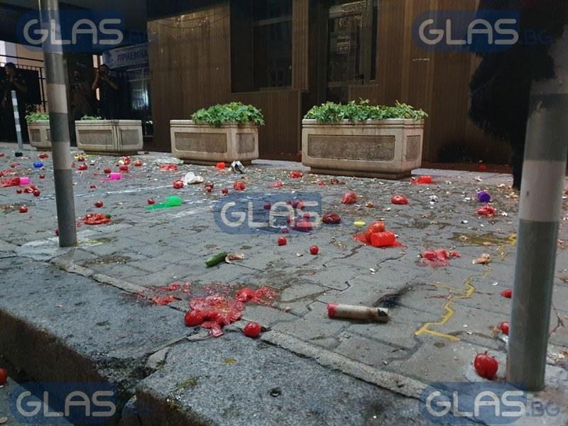 Протестиращите в София с нова цел. Домати полетяха към сградата на...  СНИМКИ/ВИДЕО
