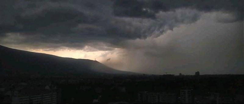 Буря удари София и събори дървета, в Пловдивско също поражения СНИМКИ
