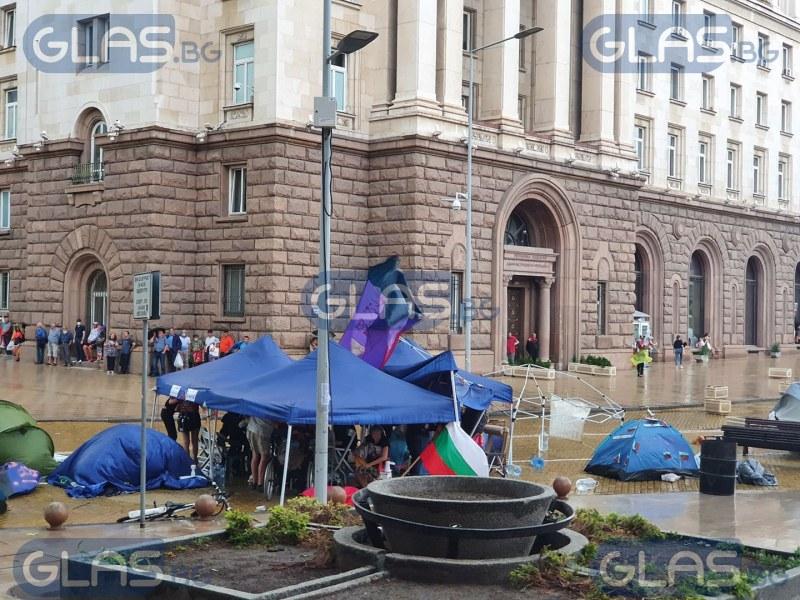 Вятърът вдигна палатка на протестиращи, блокадата продължава