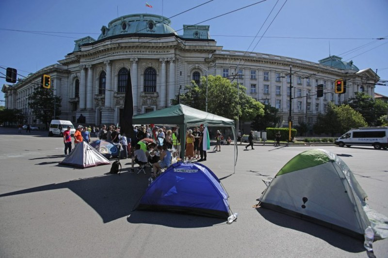 Палатките от Ректората – вдигнати. Майките са пред МС