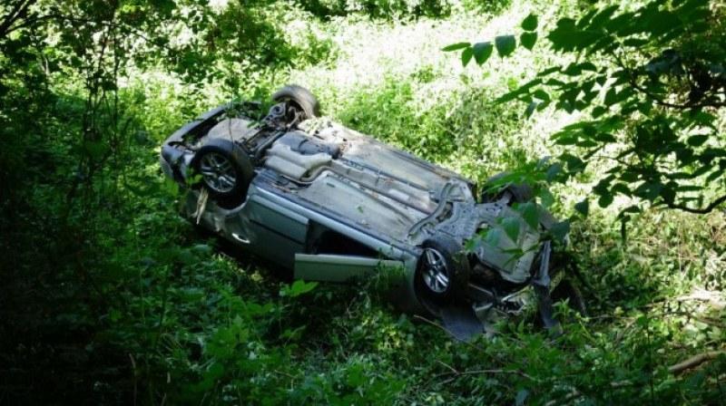 ПТП до Симитли – кола в дере, ранени излизат през страничните стъкла