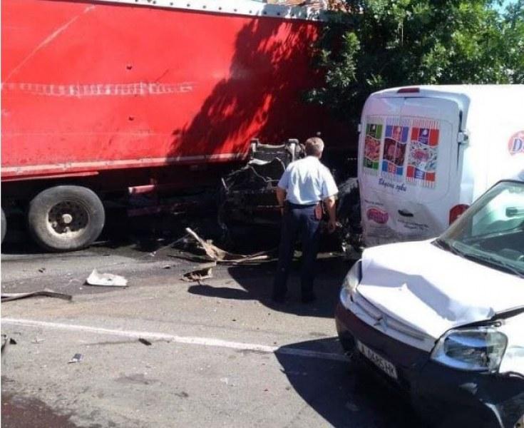 ТИР помете автомобили на кръгово в Айтос. 28-годишна изгоря в колата си!