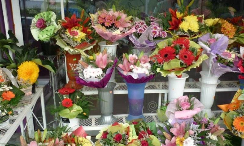 На пазара за цветя, преди 15-ти. 5 левчета за бройка, 10 за букет. Ако искаш!