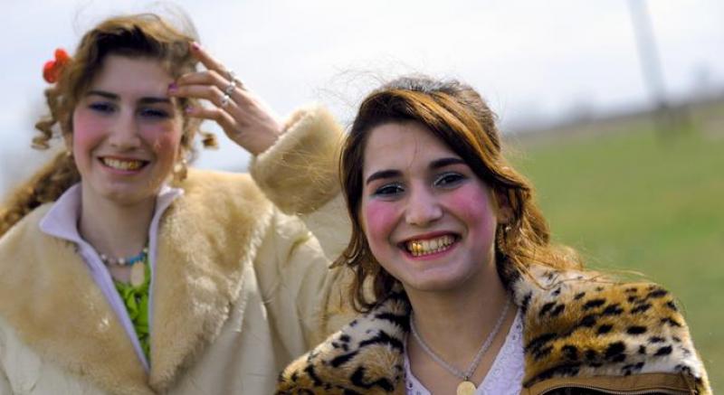 Белосани щерки до Бачково! За оковите на традициите – говорят ромките