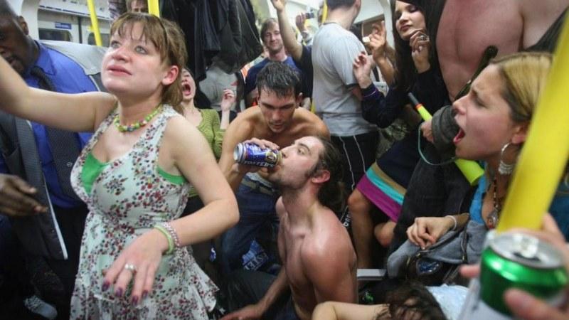 Пиянството на един народ: Голи, танцуващи, свиха автобус. Повозиха се!