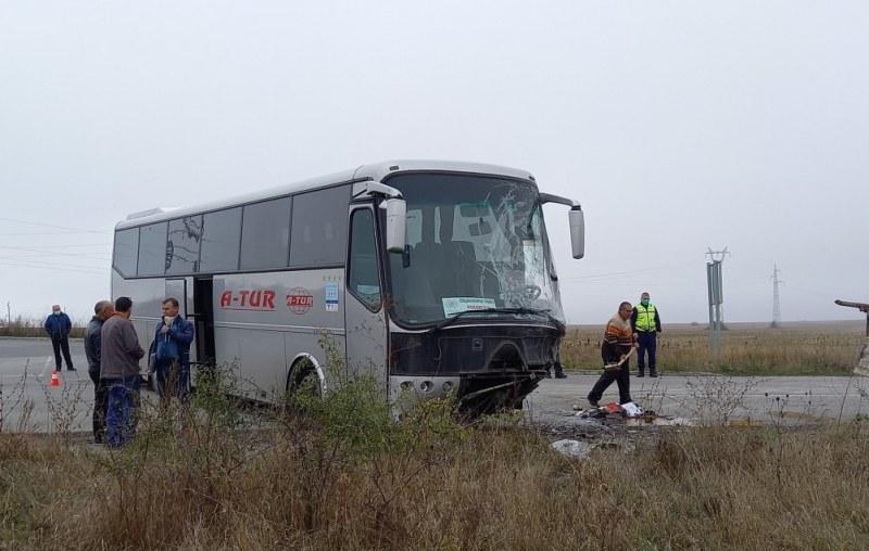 Тежък удар между бус и автобус на кръстовище – загина 25-годишен СНИМКИ