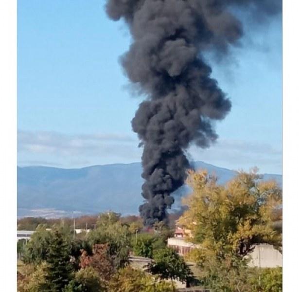 Черен дим и гърмежи! Автосервиз в Карлово избухна в пламъци  СНИМКИ