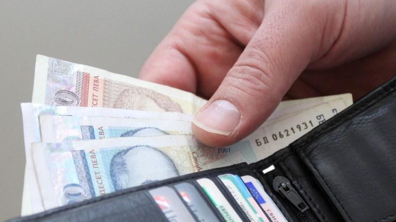 Всеки втори българин с орязана заплата заради коронавируса