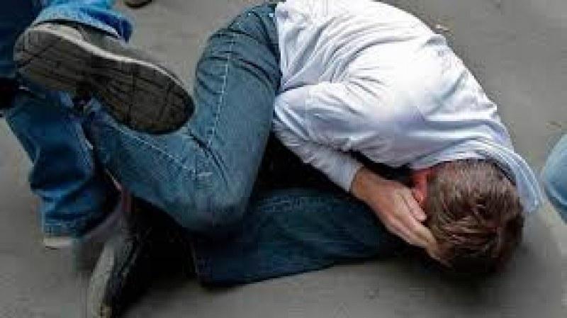 Двама братя жестоко пребиха и ограбиха мъж пред казино във Велинградско!