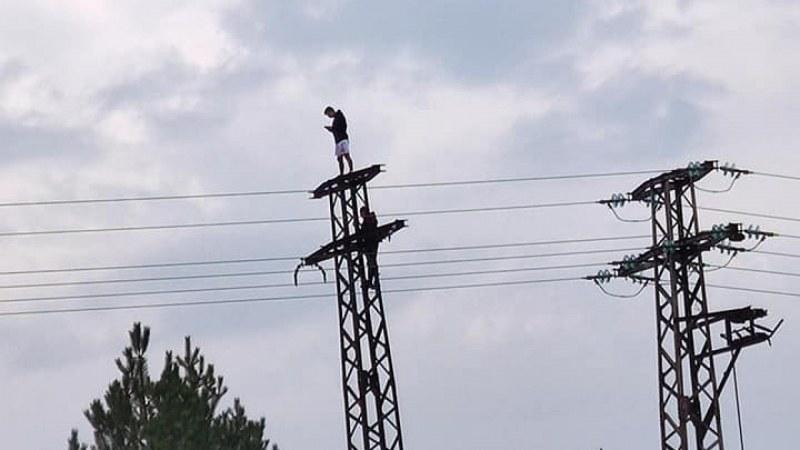 Руска рулетка с живота: Младежи върху стълбове за екстремно селфи!