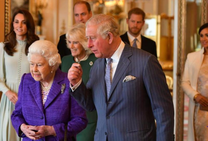 Кралицата бори кризата, пуска марка алкохол