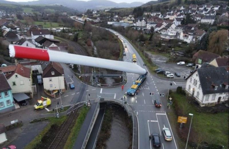 Как се превозва 67-метрова перка за вятърна турбина? СНИМКИ