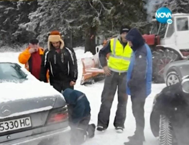 Две денонощия в студа и снега на хижа. Спасиха туристи с 4 деца