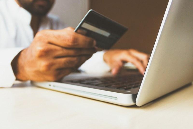 Плащат за стоки, а с празни ръце – бум на измами при пазаруване в нета ВИДЕО