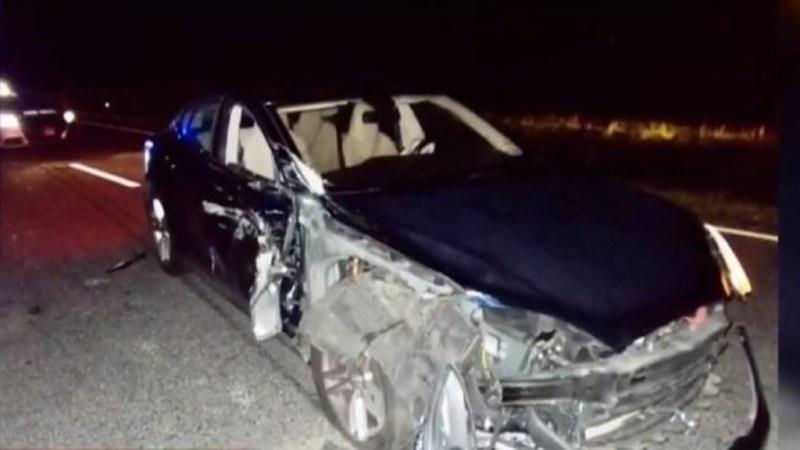 Докато шофьор гледа филм, Теслата му на автопилот се вряза в полицейска кола