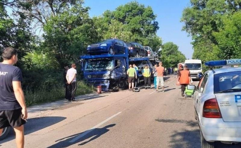 Единият от шофьорите при мелето между автовоз и кола загина