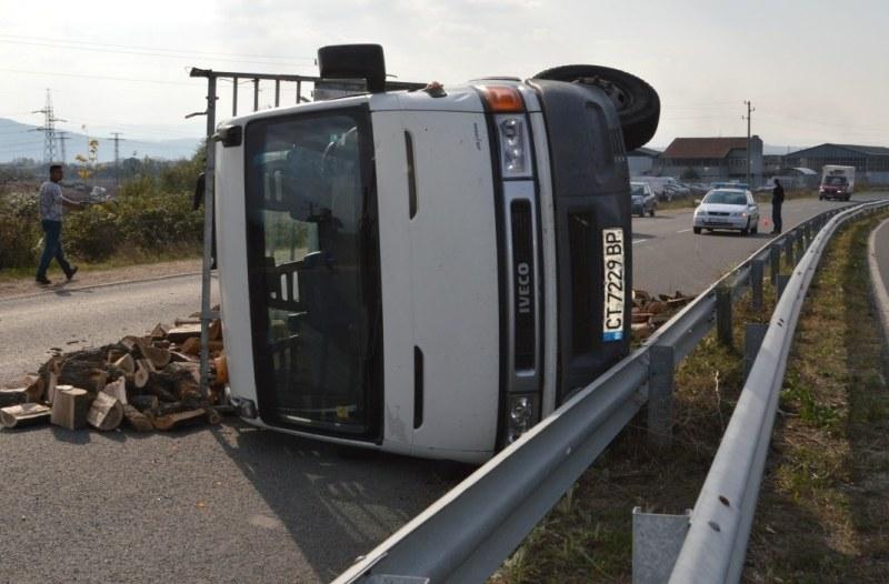 Камион с 26 тона трупи се катурна на магистрала