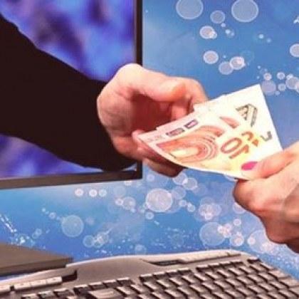 Повече от година - жена превежда пари на измамници