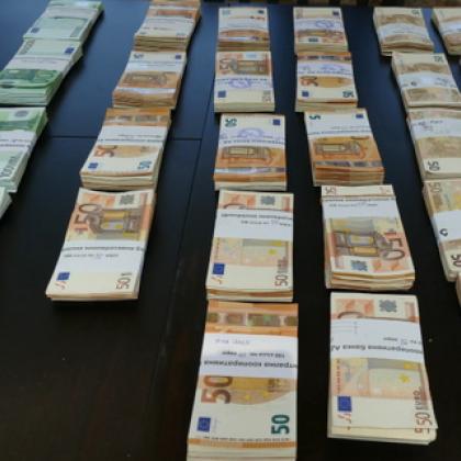 Заловиха мъж, опитал да прекара 640 000 евро през границата