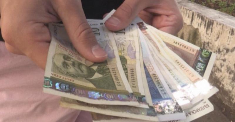 БНБ: Хората носят повече пари в брой, фирмите трупат наличности
