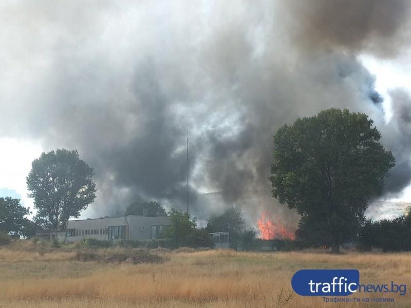 Пламъци обхванаха цех в Първенец! Огънят - на метри от първите къщи