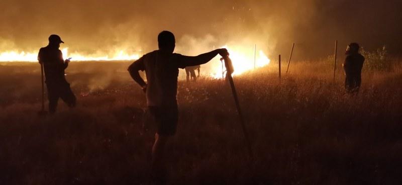 Огънят беше страшен, цялото село излезе да помага! СНИМКИ