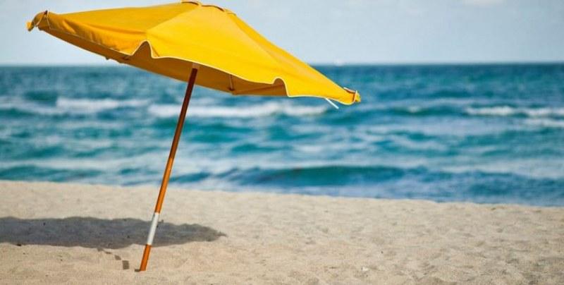 Двама мъже откраднаха чадъри и хавлии от плажа